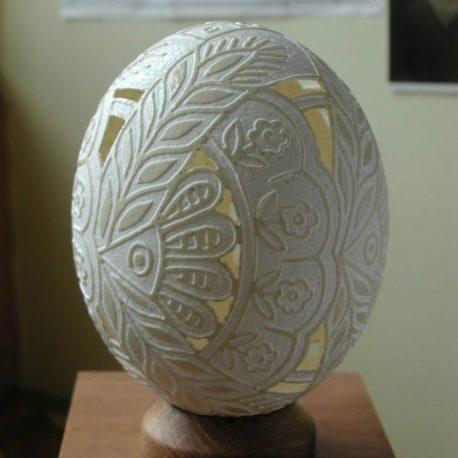 Витравлювання-вирізування на страусиному яйці