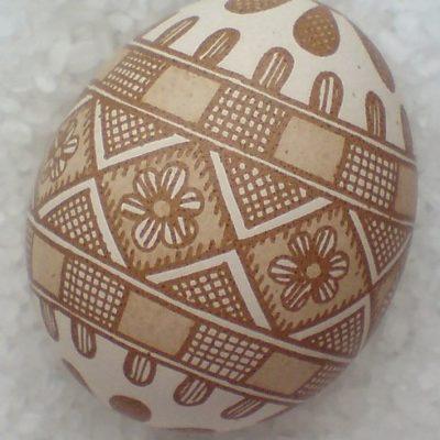Витравлення на коричневому курячому яйці